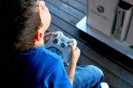 chłopiec gra na Xbox 360