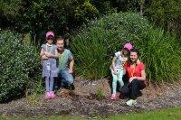 Rodzina w ogrodzie